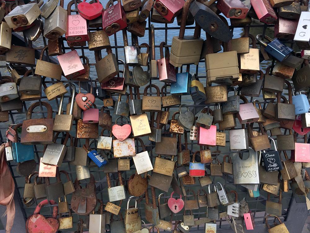 Kärlekslås på bro i Helsingfors